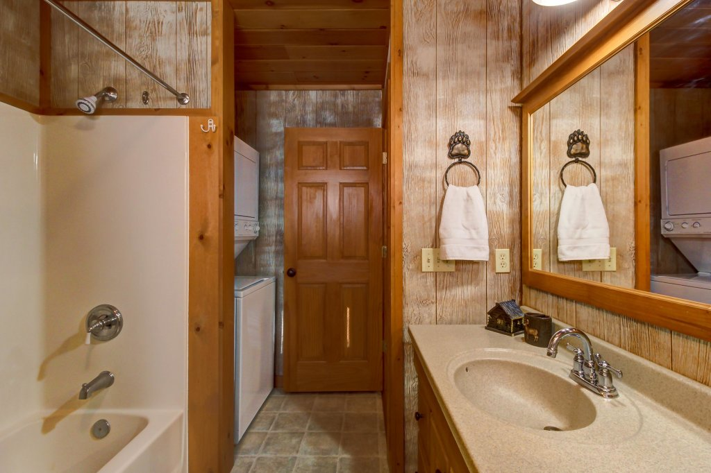 Photo of a Sevierville Cabin named Two Bears Cabin - This is the sixteenth photo in the set.