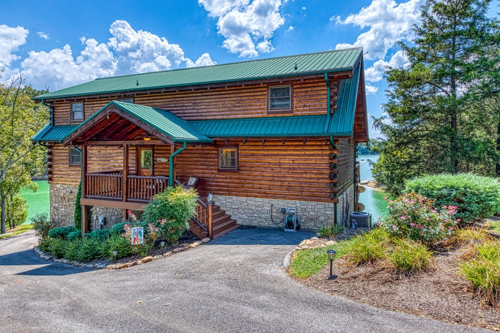 Photo of a Sevierville Cabin named Majestic Lakefront Lodge - This is the third photo in the set.