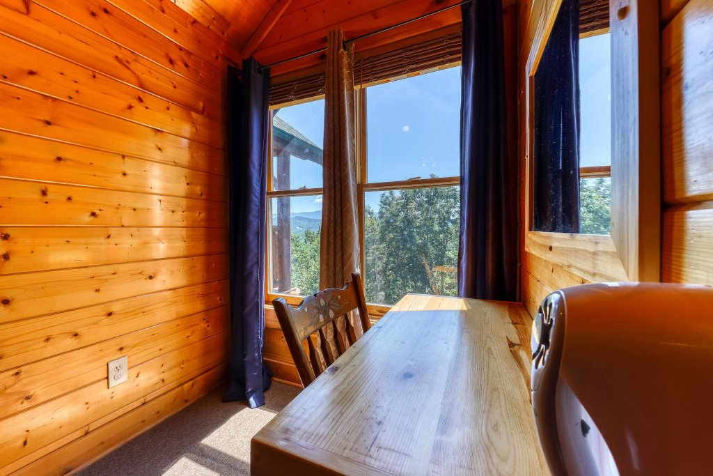 Photo of a Sevierville Cabin named Million Dollar View Cabin - This is the thirty-seventh photo in the set.