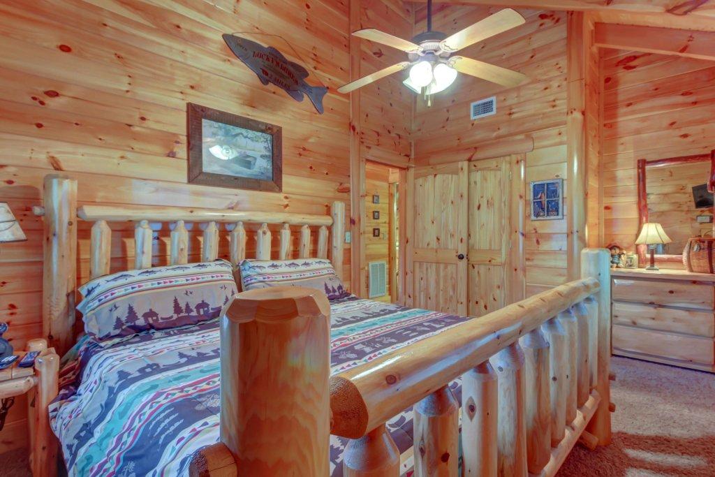 Photo of a Sevierville Cabin named Bearfoot Retreat Cabin - This is the forty-third photo in the set.