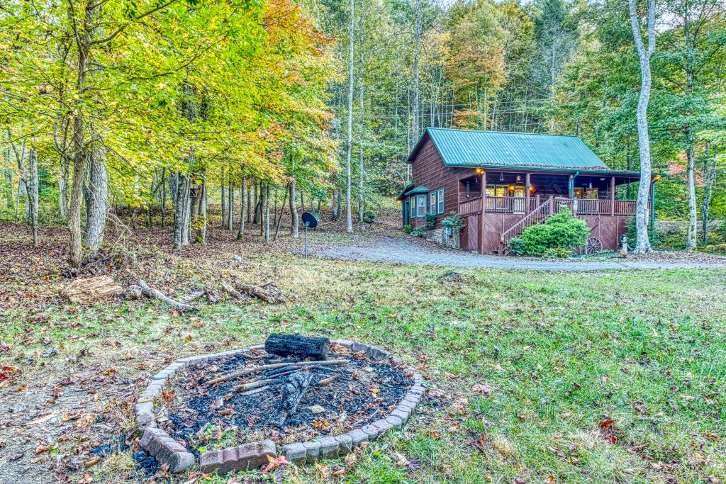 Photo of a Sevierville Cabin named Fishin' Bear Retreat Cabin - This is the second photo in the set.