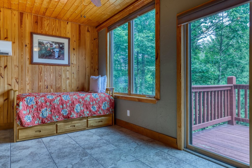 Photo of a Sevierville Cabin named Arthur's Retreat Cabin - This is the twenty-eighth photo in the set.