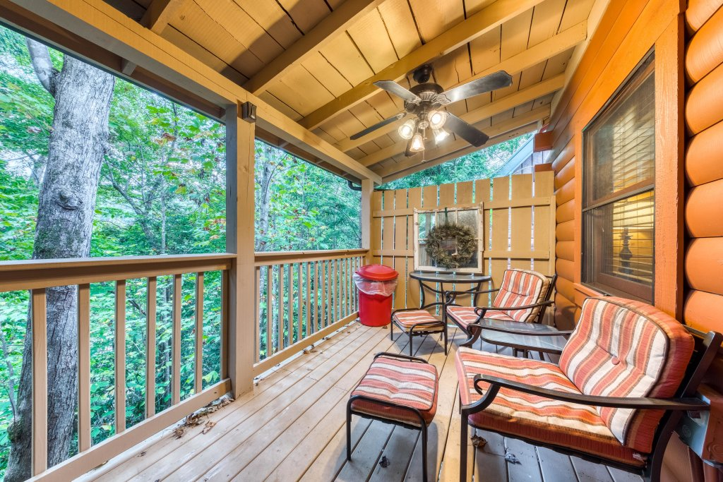 Photo of a Gatlinburg Cabin named Snuggle Bear  - This is the third photo in the set.