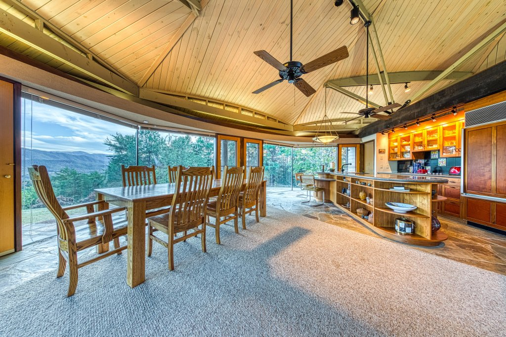 Photo of a Sevierville Cabin named Bell Top - This is the sixteenth photo in the set.