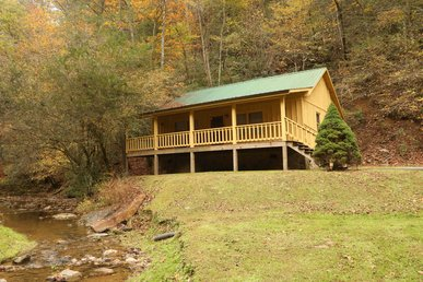 Romantic Creekside Cabin With Air Hockey Jacuzzi Hot Tub!