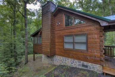 Secluded, Smoky Mountain, Luxury Log Home With Great Amenities Close To Town.