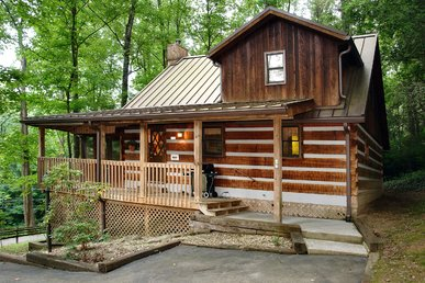 Romantic 1 Bedroom Cabin With Pool Table, Short Walk To Downtown Gatlinburg