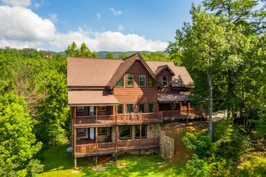 Huge Log Cabin With Smoky Mountain Views, Hot Tub, Pool Table And Bunk Beds!