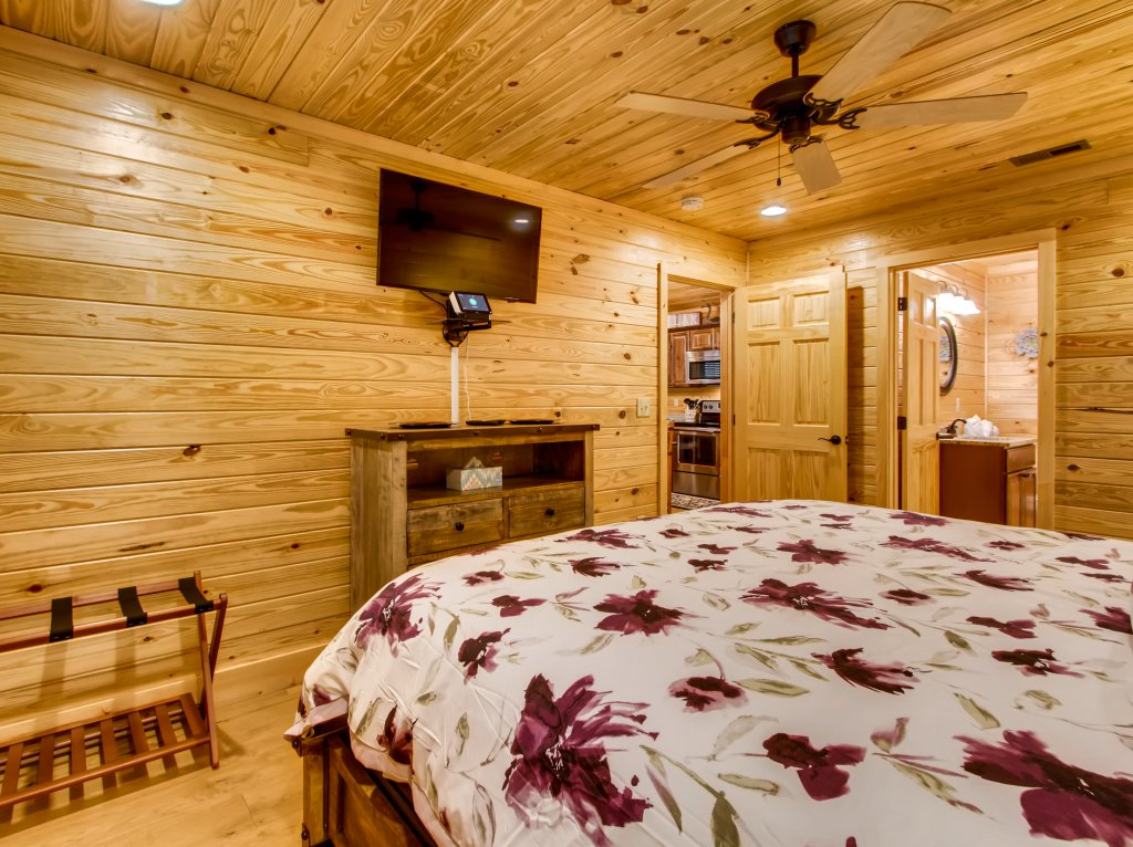 Photo of a Pigeon Forge Cabin named River Getaway #2326 - This is the fourteenth photo in the set.