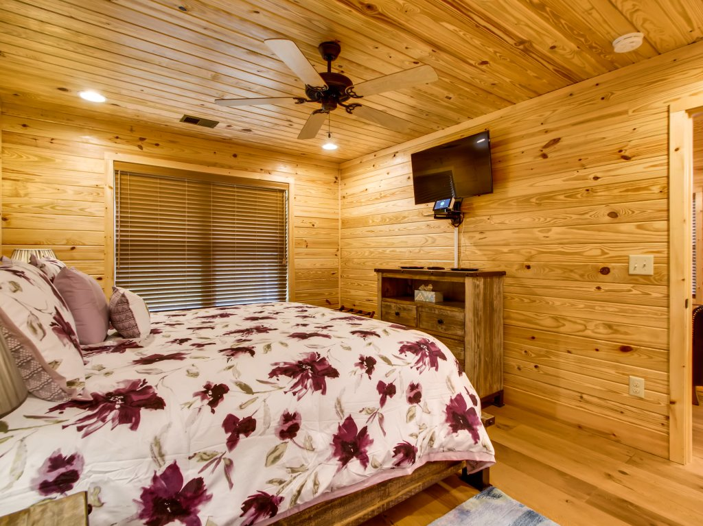 Photo of a Pigeon Forge Cabin named River Getaway #2326 - This is the fifteenth photo in the set.