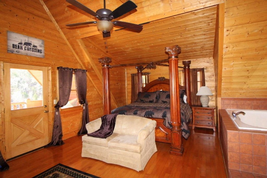Photo of a Pigeon Forge Cabin named Moonlight Kisses - This is the twenty-second photo in the set.