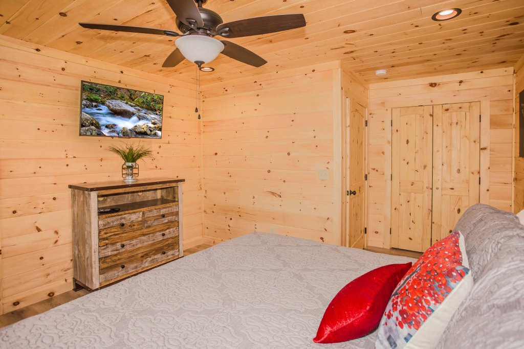 Photo of a Pigeon Forge Cabin named A Bear's Alpine Splash - This is the thirteenth photo in the set.