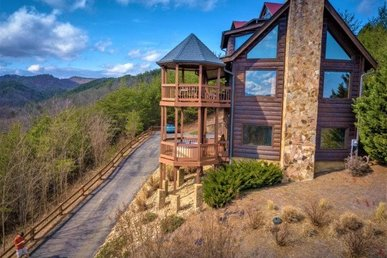 A 3 Bedroom, 3 Bath Luxury Cabin For 8 With An Incredible Mountain View.