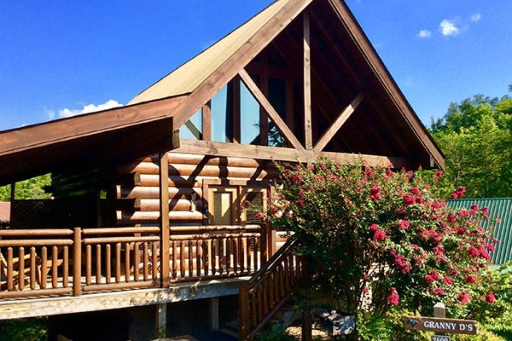 Photo of a Pigeon Forge Cabin named Granny D's - This is the second photo in the set.