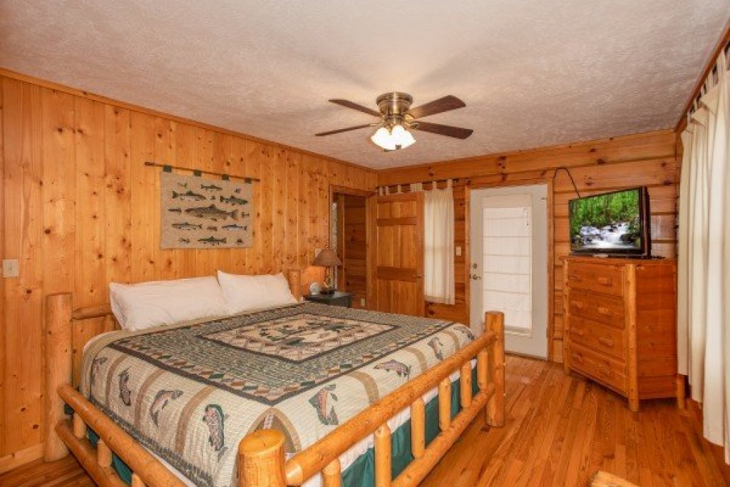 Photo of a Pigeon Forge Cabin named Wildlife Retreat - This is the tenth photo in the set.