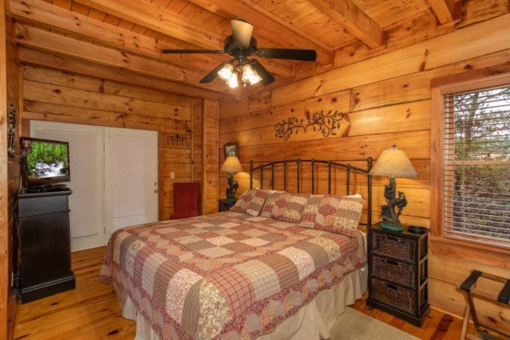 Photo of a Pigeon Forge Cabin named Granny D's - This is the ninth photo in the set.