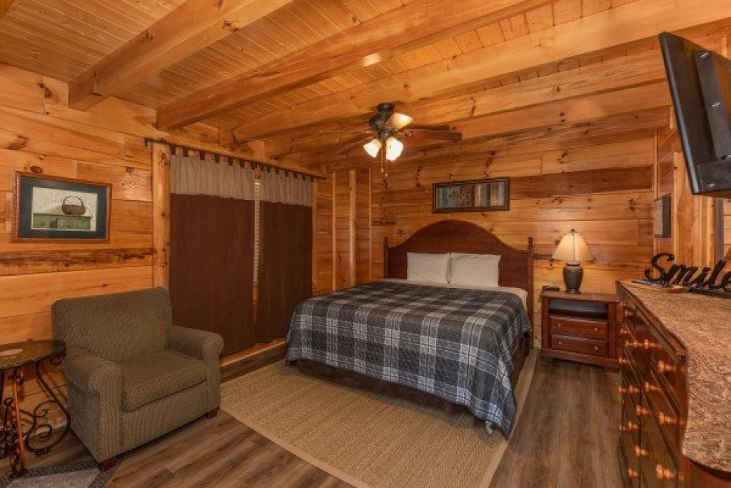 Photo of a Sevierville Cabin named Azalea Point - This is the ninth photo in the set.