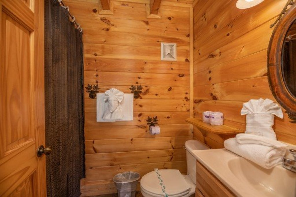 Photo of a Sevierville Cabin named Azalea Point - This is the eighth photo in the set.