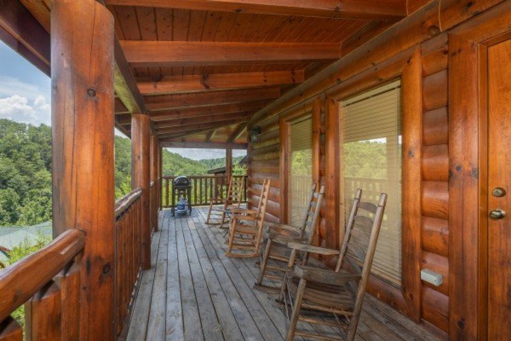 Photo of a Sevierville Cabin named Azalea Point - This is the twentieth photo in the set.