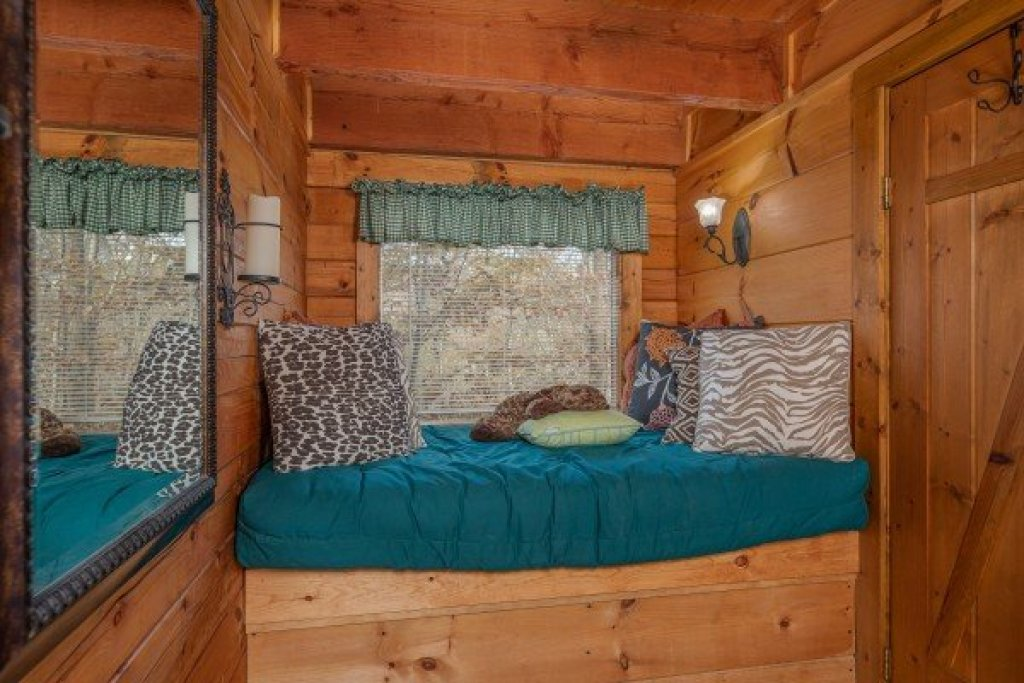 Photo of a Pigeon Forge Cabin named Licklog Hollow - This is the fourteenth photo in the set.