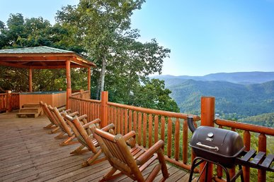 2 bedroom cabin with stunning views, hot tub, game room, and free passes to local attractions