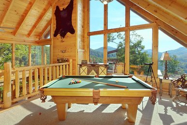 Spacious cabin with endless views, game room, hot tub and free wifi