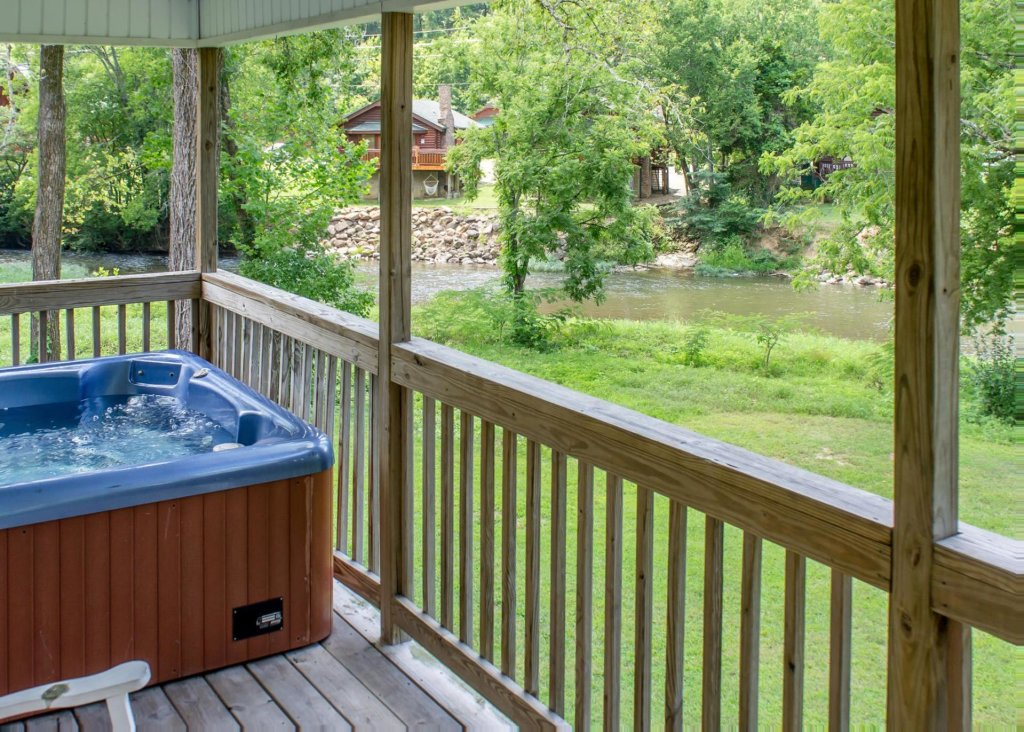 Photo of a Pigeon Forge Cabin named Pigeon River Chalet - This is the nineteenth photo in the set.