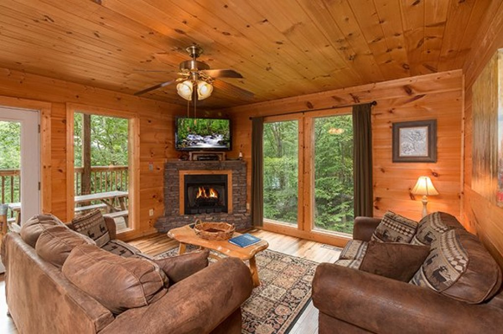 Photo of a Sevierville Cabin named Whispering Oak - This is the second photo in the set.