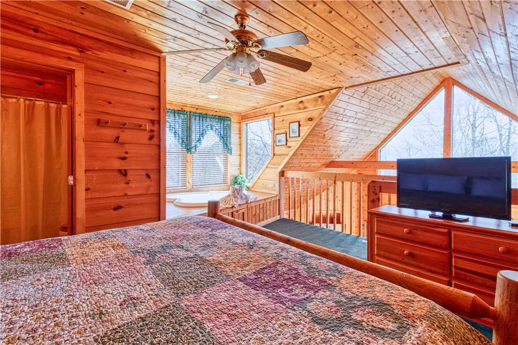 Photo of a Gatlinburg Cabin named Hummingbird Hideaway - This is the fourteenth photo in the set.