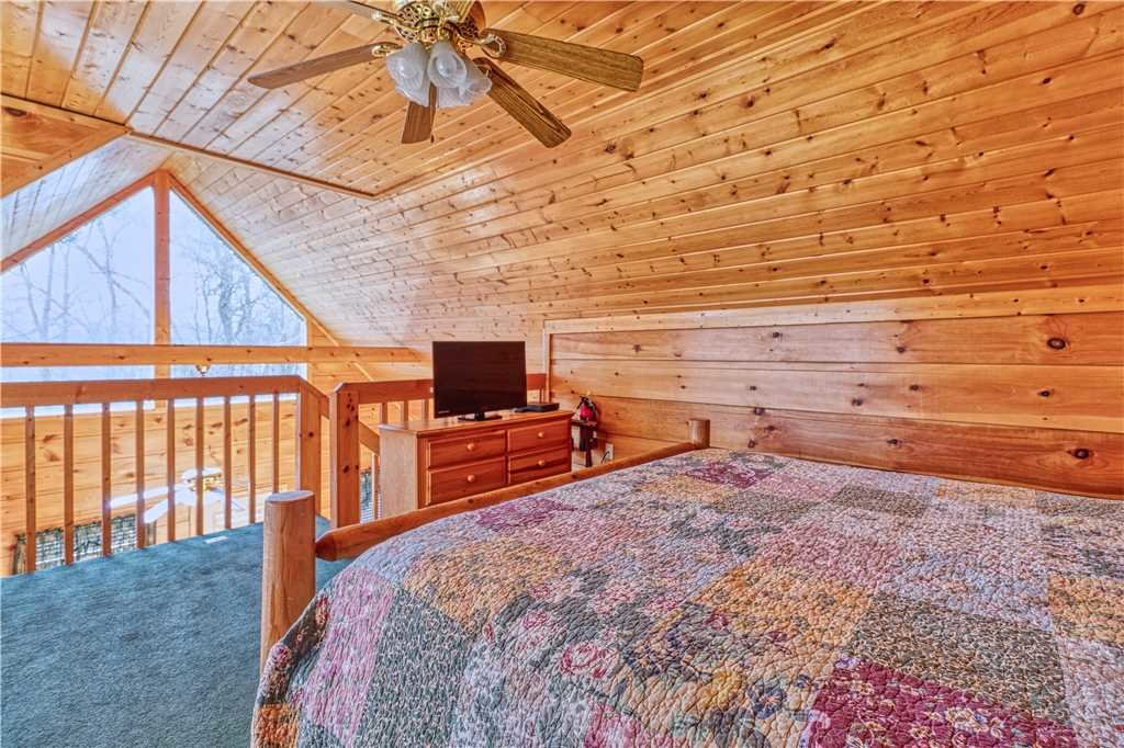 Photo of a Gatlinburg Cabin named Hummingbird Hideaway - This is the thirteenth photo in the set.