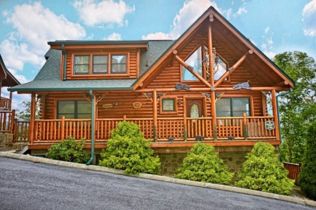 Photo of a Sevierville Cabin named Bearfoot Lodge - This is the second photo in the set.