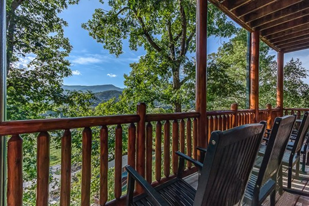 Photo of a Sevierville Cabin named Bearfoot Lodge - This is the twentieth photo in the set.