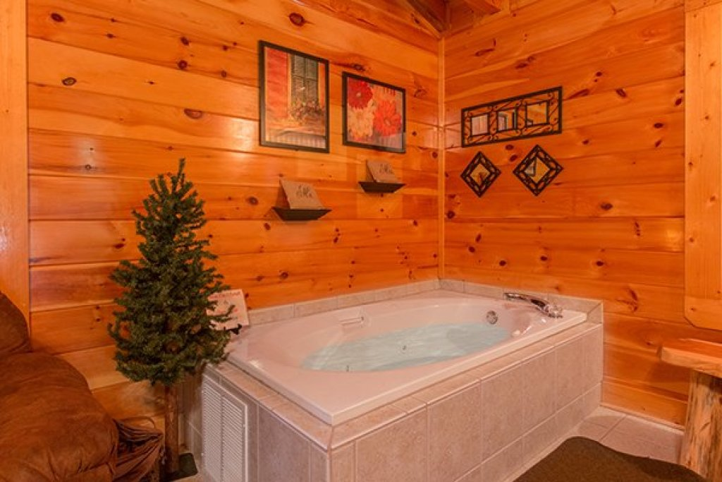 Photo of a Sevierville Cabin named Bearfoot Lodge - This is the thirty-first photo in the set.