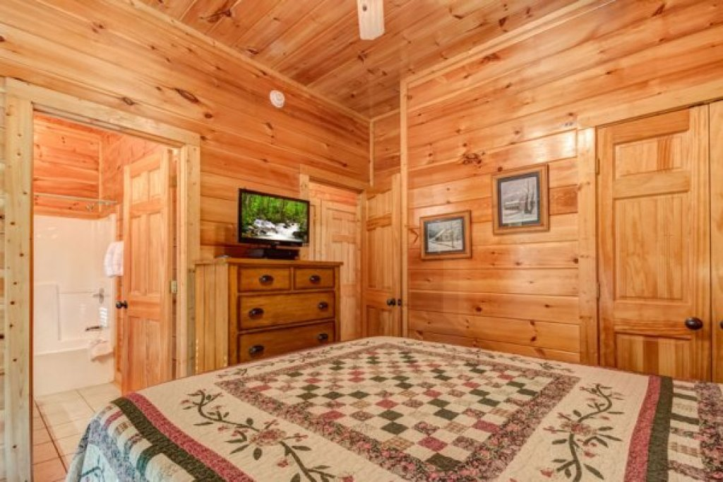 Photo of a Sevierville Cabin named Bearfoot Lodge - This is the twelfth photo in the set.
