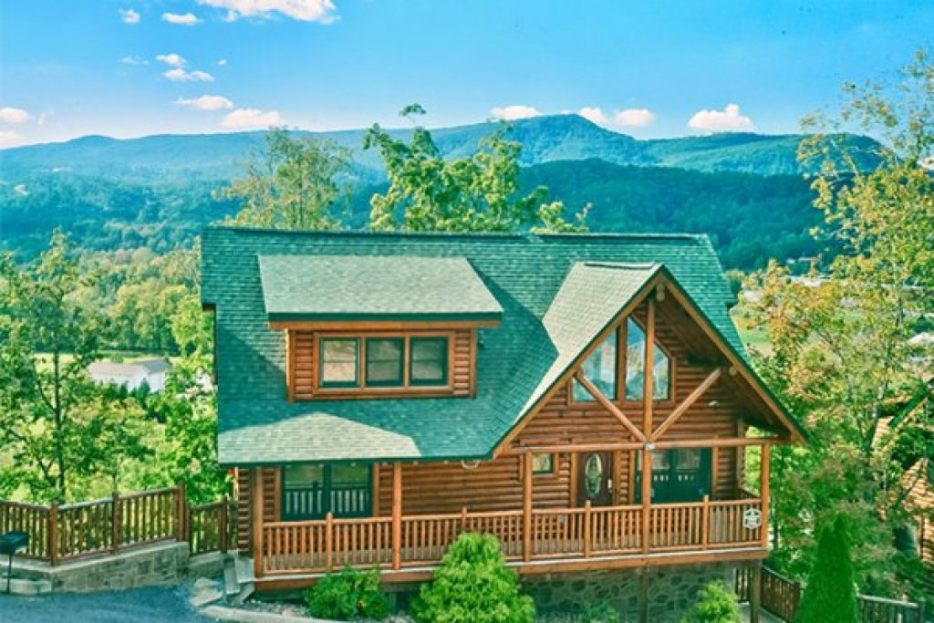 Photo of a Sevierville Cabin named Bearfoot Lodge - This is the first photo in the set.