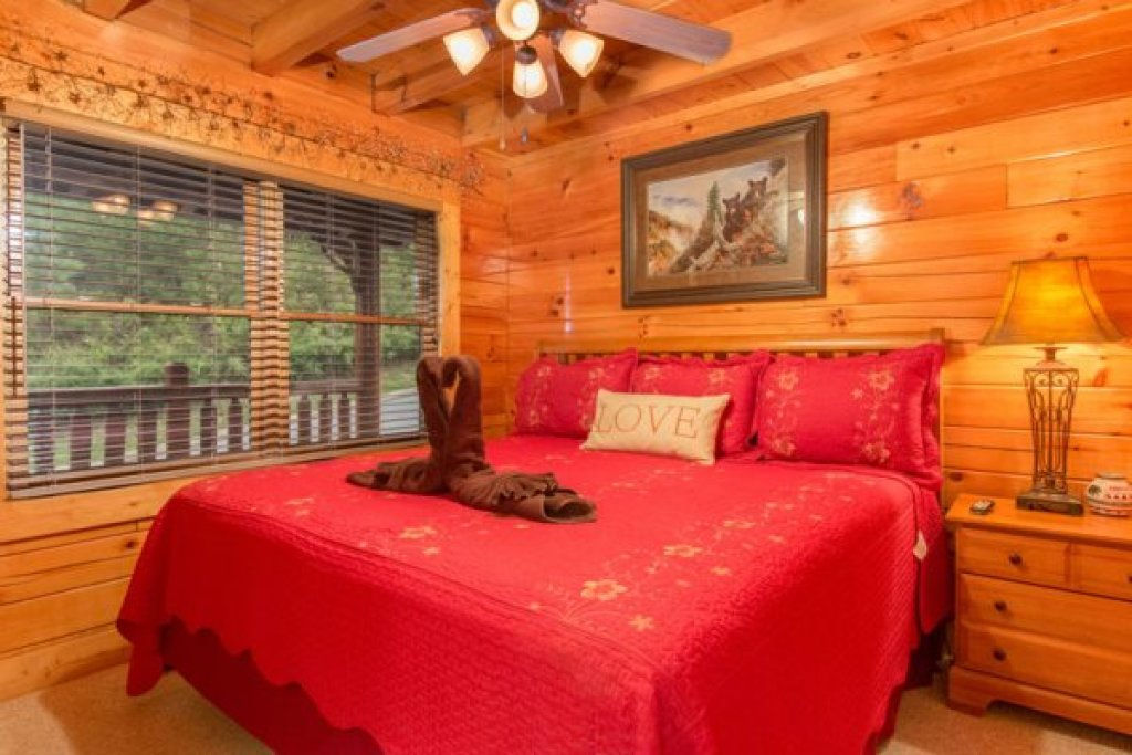 Photo of a Sevierville Cabin named Bearfoot Lodge - This is the fourteenth photo in the set.