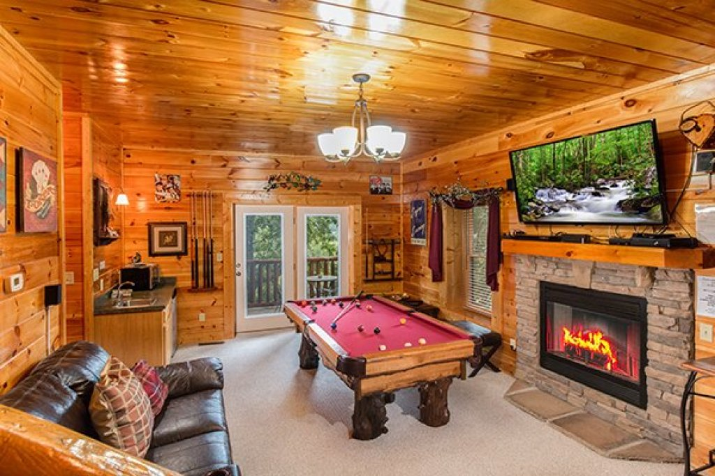 Photo of a Sevierville Cabin named Bearfoot Lodge - This is the twenty-first photo in the set.
