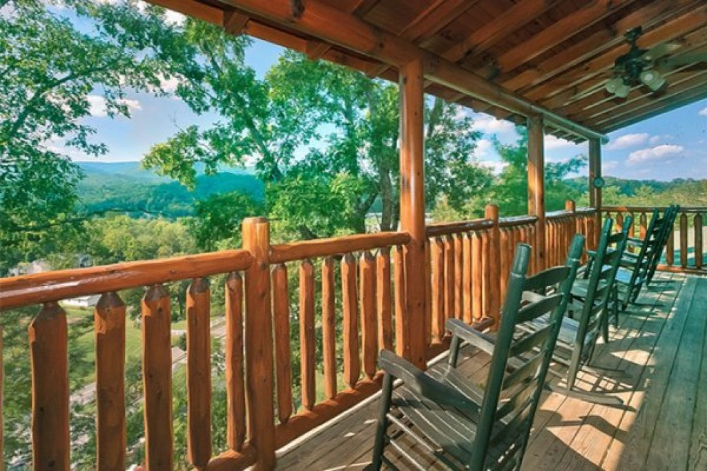 Photo of a Sevierville Cabin named Bearfoot Lodge - This is the thirty-second photo in the set.