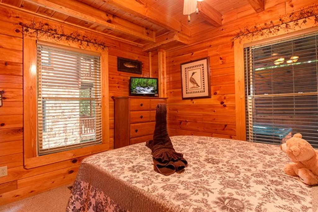Photo of a Sevierville Cabin named Bearfoot Lodge - This is the nineteenth photo in the set.