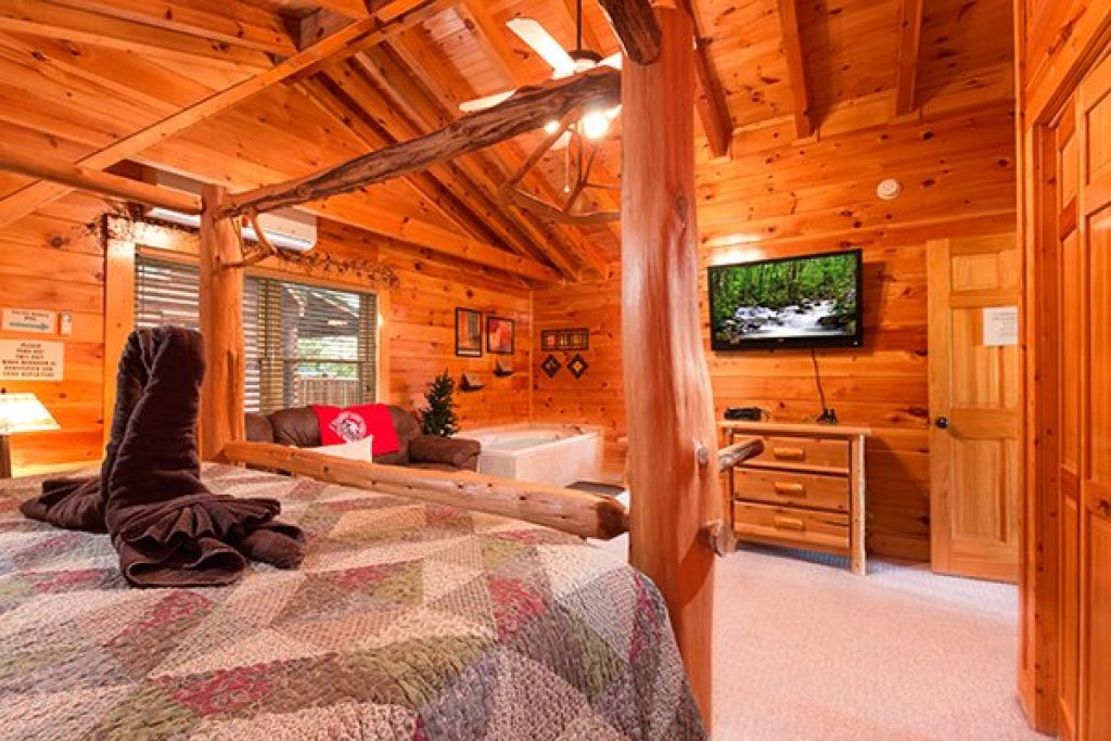 Photo of a Sevierville Cabin named Bearfoot Lodge - This is the thirtieth photo in the set.