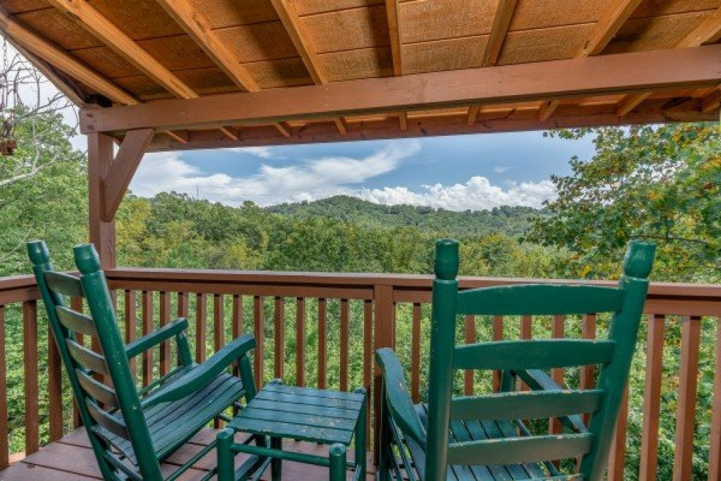 Photo of a Pigeon Forge Cabin named Bearing Views - This is the twenty-fourth photo in the set.