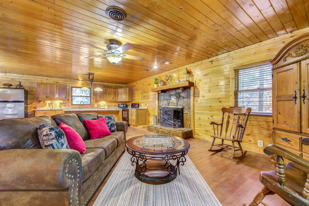 Photo of a Pigeon Forge Cabin named Country Oaks Cabin - This is the first photo in the set.