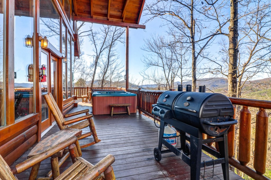 Photo of a Sevierville Cabin named Majestic View - Main Home - This is the thirty-second photo in the set.