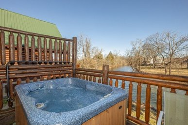 2 Bedroom, 2 Bath, Easy To Access Cabin With A River View And A Hot Tub.