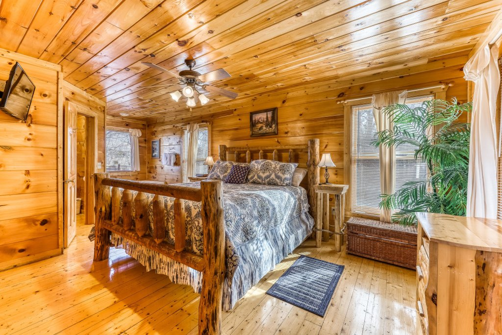 Photo of a Gatlinburg Cabin named Bearfoot Lodge - This is the seventeenth photo in the set.