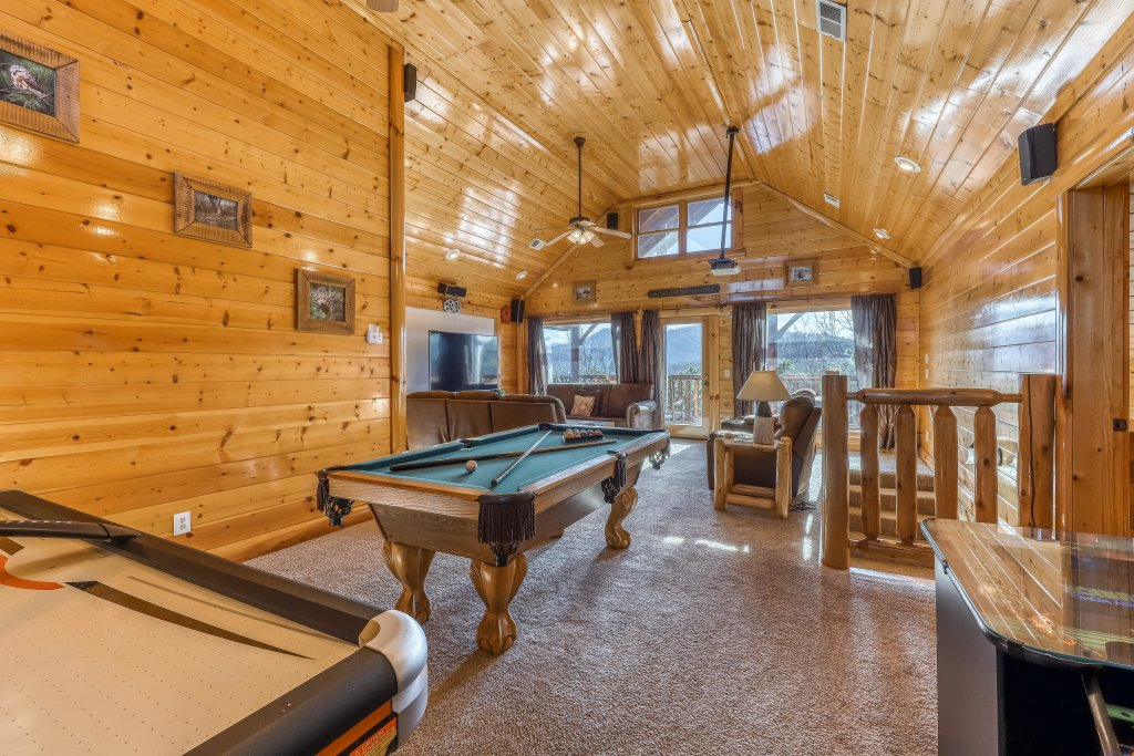 Photo of a Sevierville Cabin named Cherokee Lodge - This is the fourteenth photo in the set.