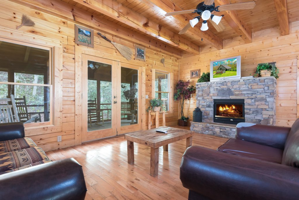 Photo of a Pigeon Forge Cabin named Creekbend Lodge - This is the third photo in the set.