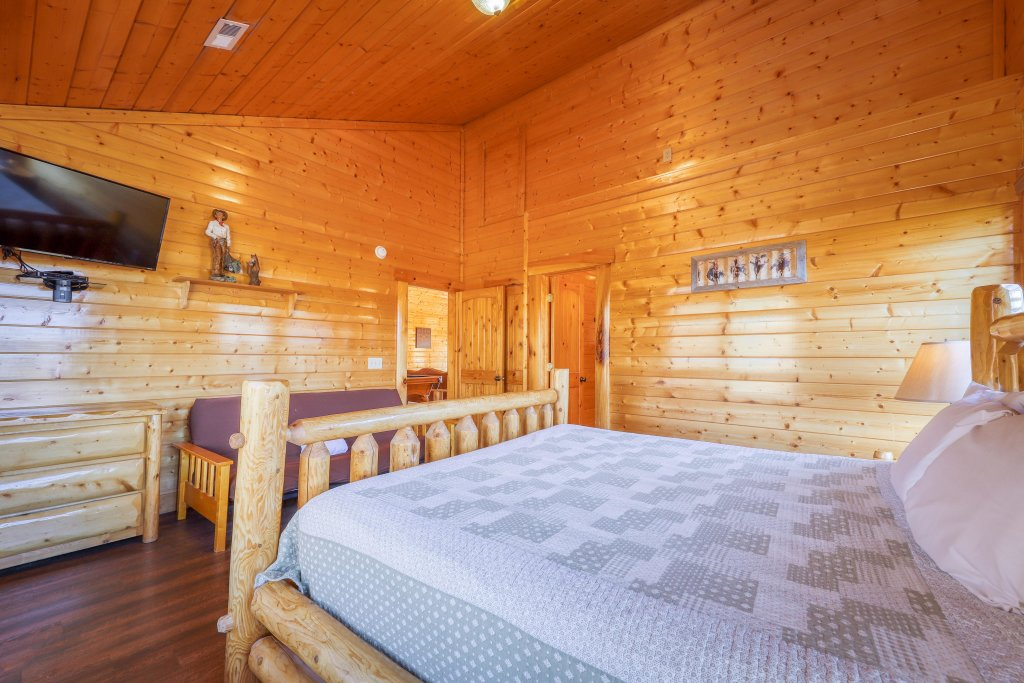 Photo of a Sevierville Cabin named Black Bear Manor - This is the fourteenth photo in the set.