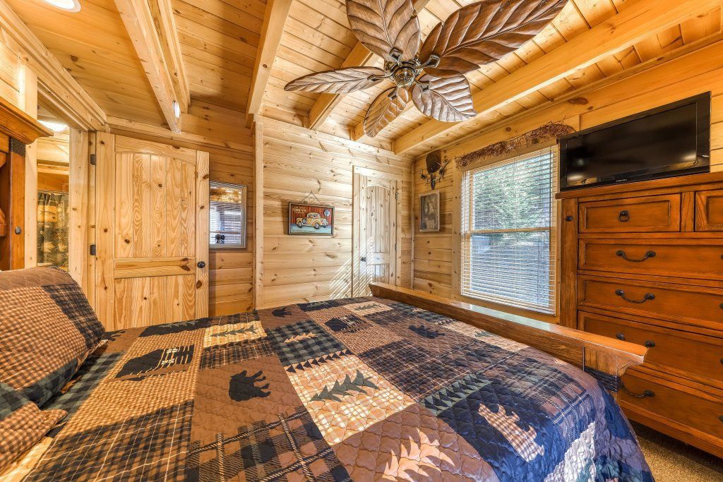 Photo of a Sevierville Cabin named Crazy Horse - This is the twenty-first photo in the set.