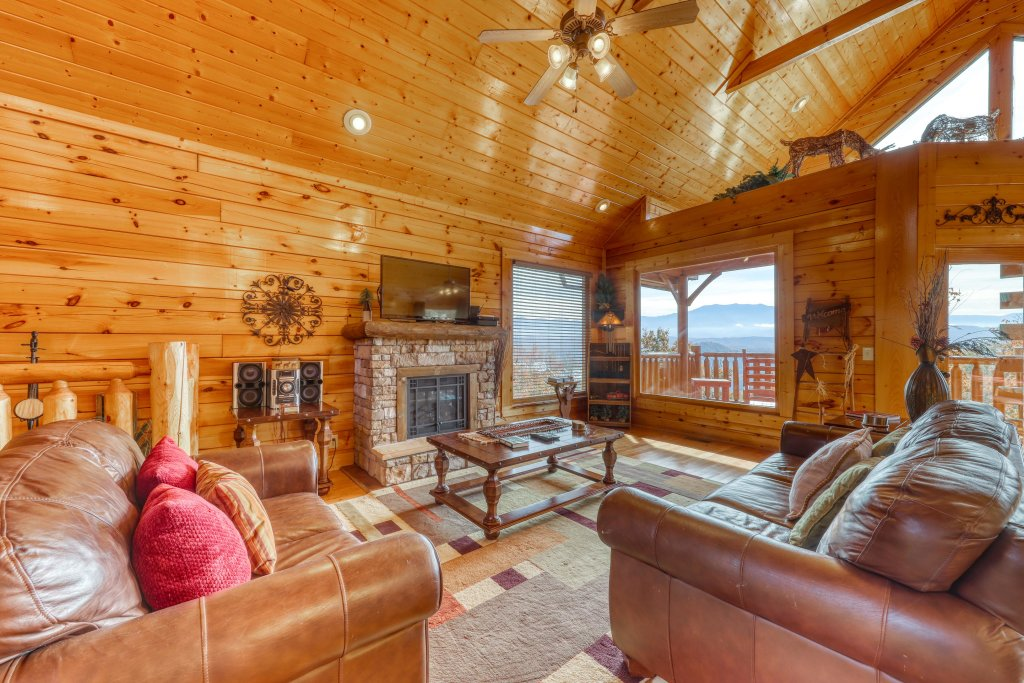 Photo of a Pigeon Forge Cabin named Hillbilly Highrise - This is the third photo in the set.